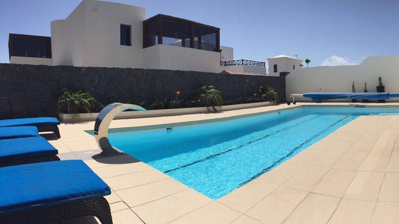 Luxury 3 bedroom villa, 10mtr pool & sea view, alquiler de vacaciones en Lanzarote