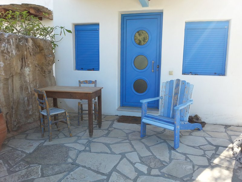 Villa Warka! Specialhouse for 2-3 Personen, Wlan, Southcrete, holiday rental in Pitsidia