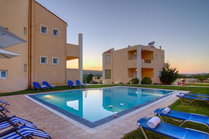 2 neighboring villas with large pool - up to 15 people!, casa vacanza a Margarites