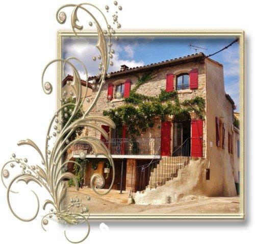 La Maison d'Oc'Ton s'ouvre sur la place du village, large et aérée.