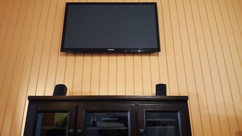 Salón - Samsung Smart TV con KlipschTHX - sistema de altavoces de 3 piezas, centro de entretenimiento