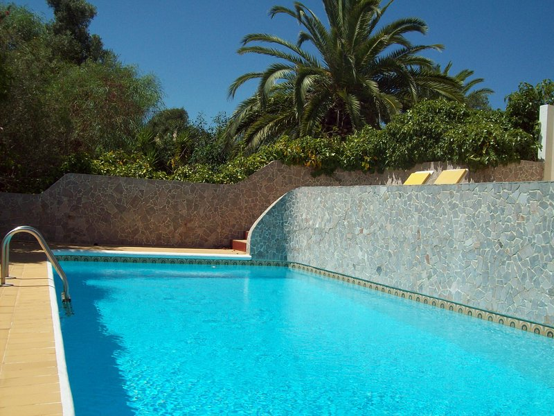 Charming Villa at 300 meters to the beach, 10 min. to Carvoeiro A.C. Wifi., holiday rental in Carvoeiro