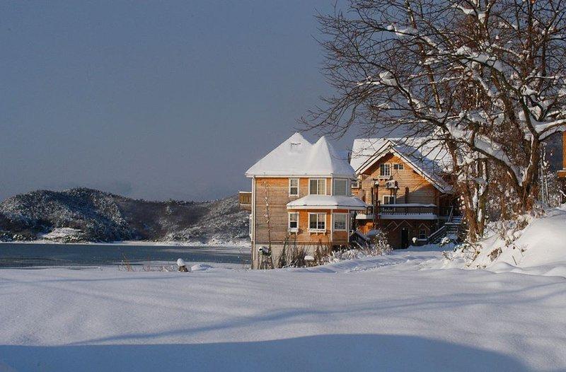 Cozy loghouse duplex, really close to the sea!, casa vacanza a Buan-gun