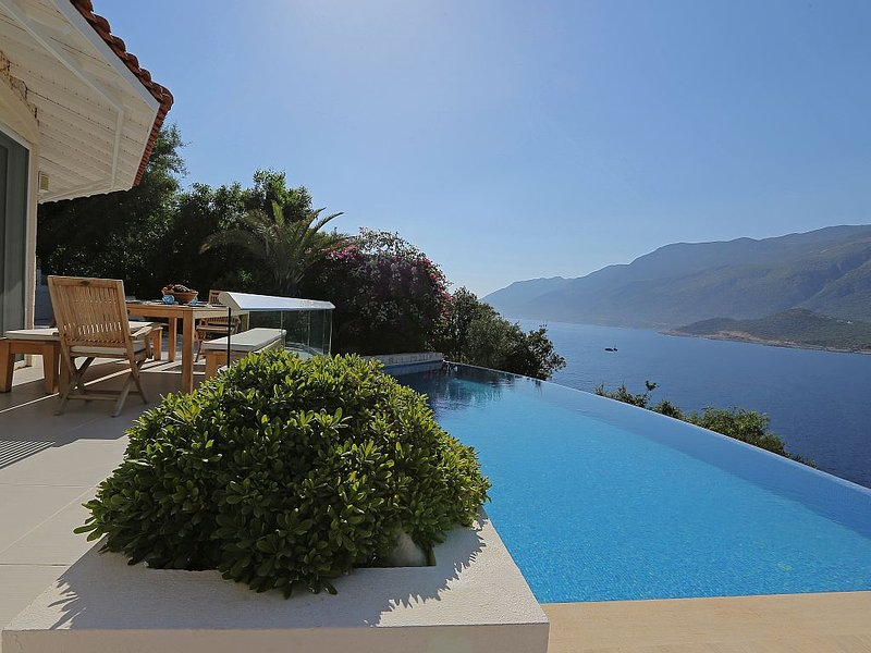 White Rock House - Stunning waterfront villa with infinity pool & sea access, location de vacances à KAS
