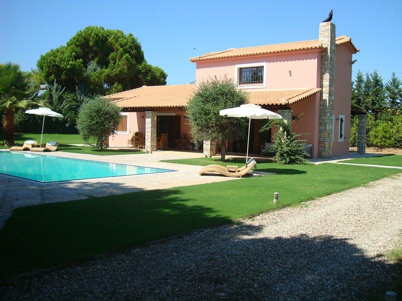 Luxus Beach Villa, ca. 5 Gehminuten zum Strand, super großer Pool, absolute Ruhe, holiday rental in Neochori