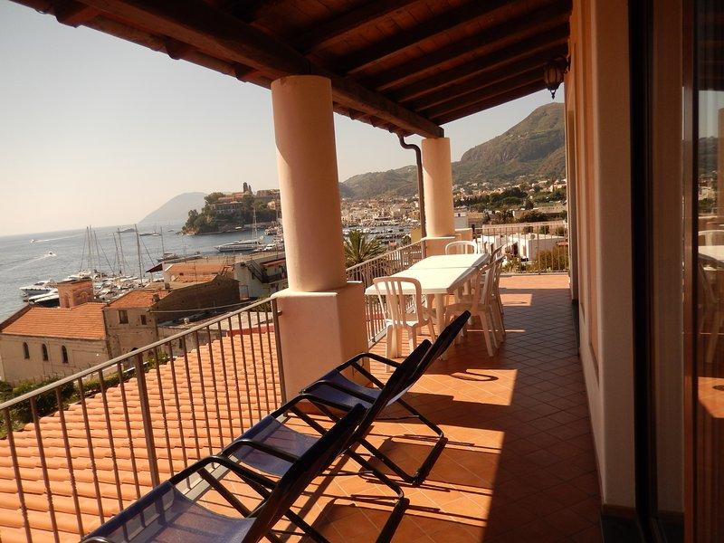 Villa panoramica a 100 m. dal mare e 400 dal porto di Lipari: App. con 3 camere, vacation rental in Lipari