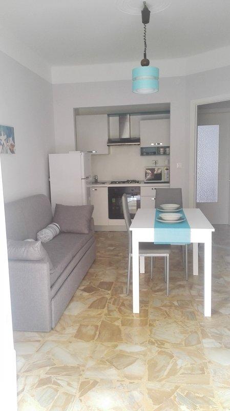 sala de estar con cocina y sofá-cama doble