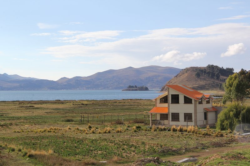 Day view of the cottage, with Lake Titicaca background (section Wiñaymarca)