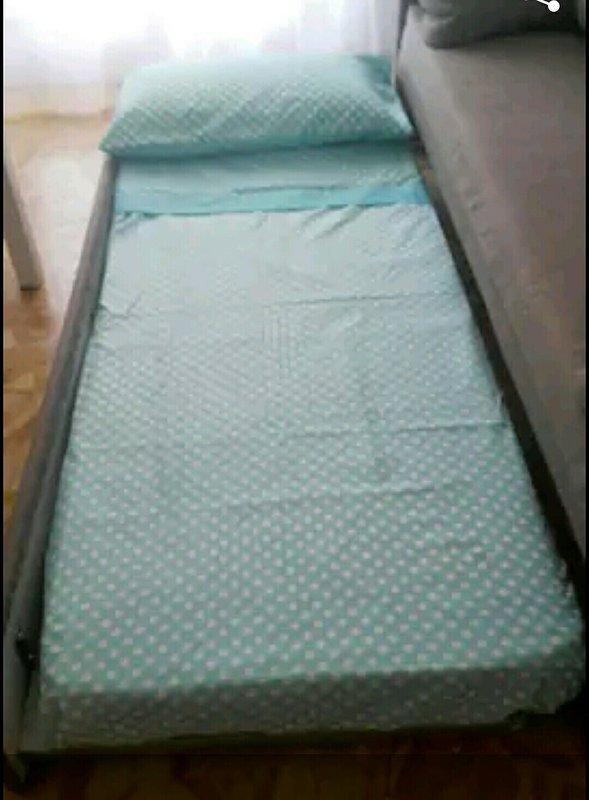 sofá-cama con 2 listones, posibilidad de 2 camas individuales o una cama de matrimonio
