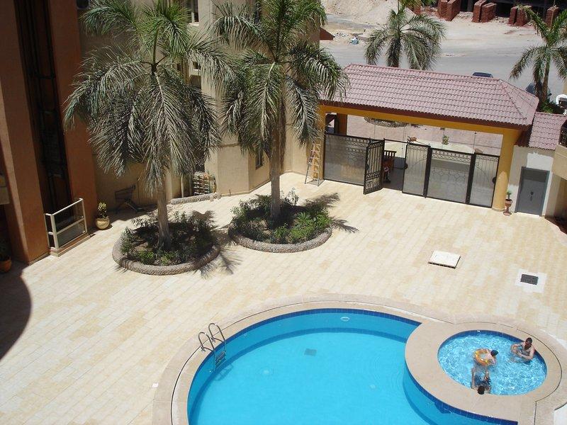 Plus petit de 2 piscines directement de la porte d'entrée. Gated sécurité personnel 24hr + CCTV.