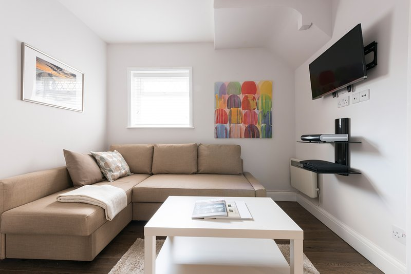 Contemporary Clean Apartment (5mins to tube), vacation rental in Borehamwood