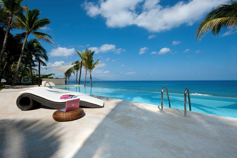 Infiniti impresionante piscina con vistas al océano.