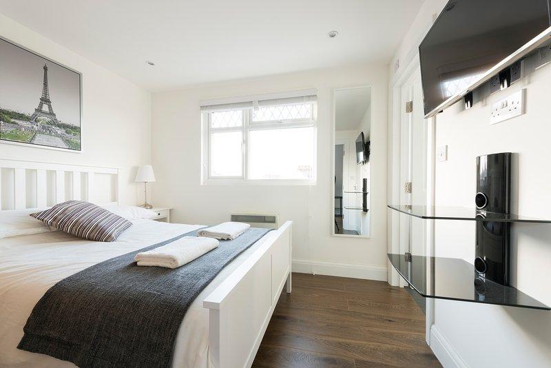 Spectacular Loft Studio (5mins to tube), vacation rental in Elstree