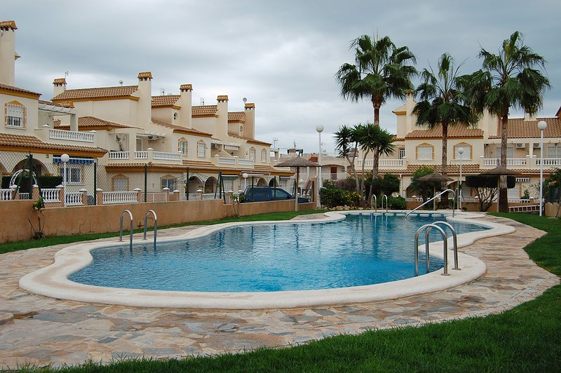 3 Bed Townhouse, Private Garden, 20 Feet from Communal Pool, Perfect, alquiler vacacional en Playa Flamenca