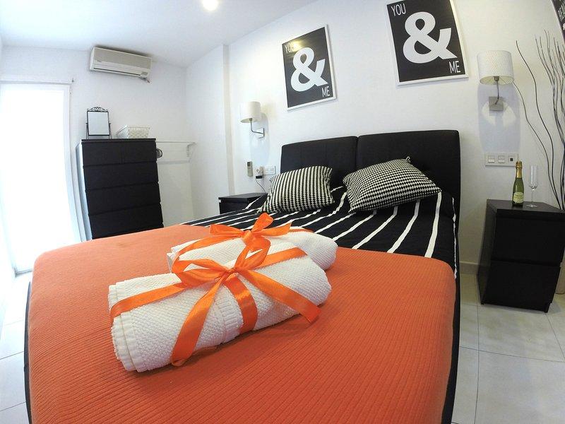 Dormitorio con cama doble,colchón de viscolátex, aire acondicionado, TV y juego de sábanas y toallas