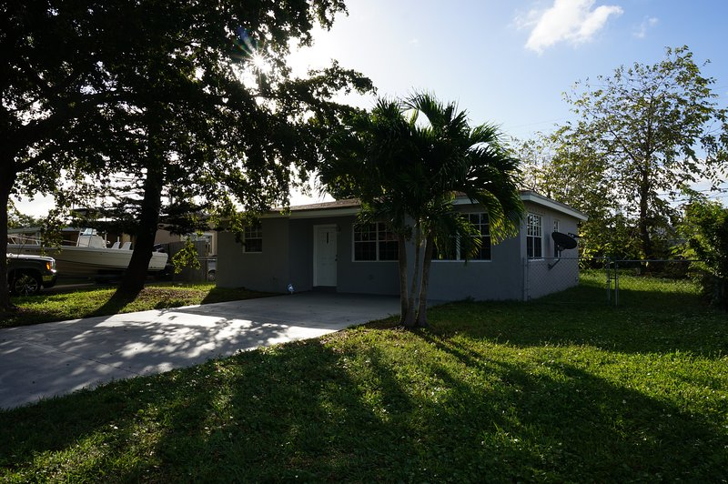 BEAUTIFUL 2 + DEN FAMILY HOUSE IN HOLLYWOOD FLORIDA, casa vacanza a Miami Gardens