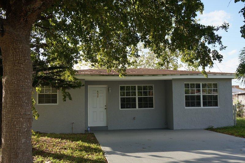 BEAUTIFUL 2 + DEN FAMILY HOUSE IN HOLLYWOOD FLORIDA, location de vacances à Pembroke Park