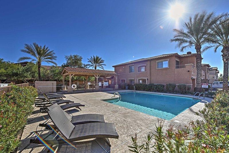 Você vai adorar descansando na piscina neste condomínio Casas de Scottsdale!
