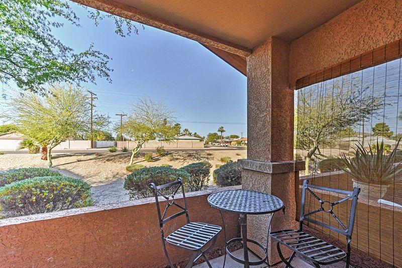 Profitez d'une vue de l'aménagement paysager du désert de la communauté de la terrasse privée couverte.