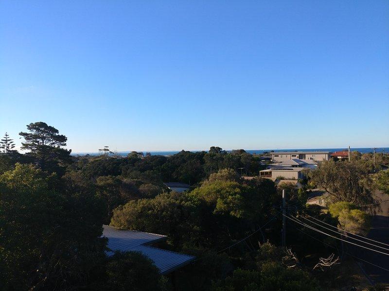 expansivas vistas a la bahía desde el balcón de la fachada.