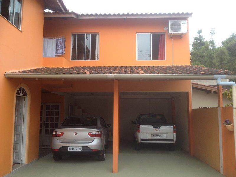L'ajustement est à l'étage au-dessus des garages.