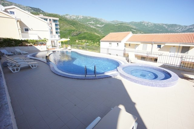 Pool side Two-bedroom Apartment close to the Beach, holiday rental in Becici