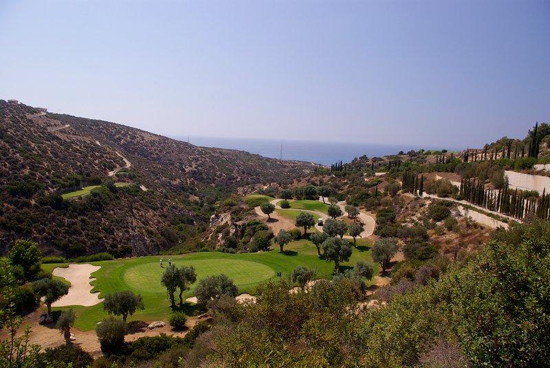 Aphrodite Hills Course - een van Europa's mooiste. Er is ook paardrijden, tennis en nog veel meer ..