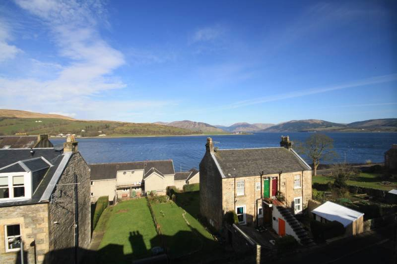 Cosy two bedroom holiday flat with beautiful seaviews, location de vacances à Colintraive