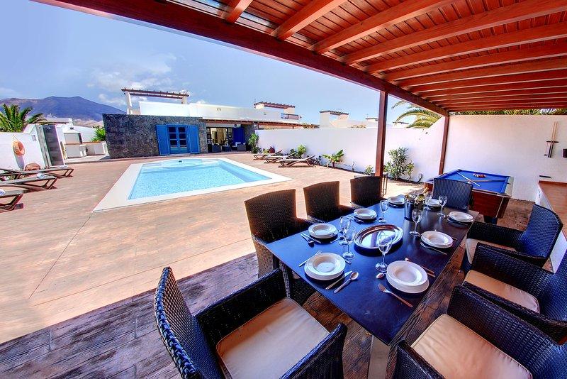 Casa Canela, 5 bedrooms 3 ensuite bathrooms,1 bathroom, heated pool,Jacuzzi,wifi, vacation rental in Playa Blanca
