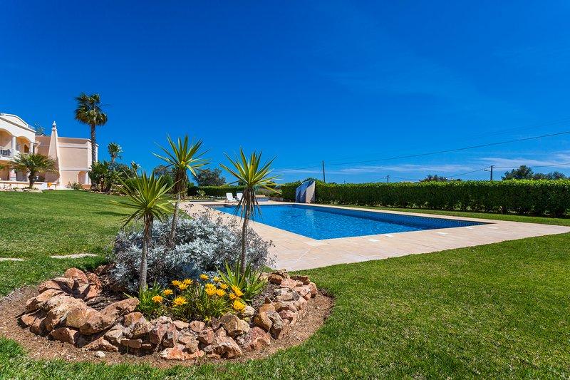 2 bedroom apartment at award winning Praia do Marinha. no11, holiday rental in Caramujeira