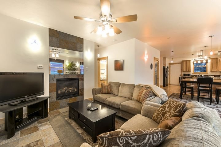 2 Plush Sofas / Cable HDTV / Gas Fireplace / Ceiling Fan