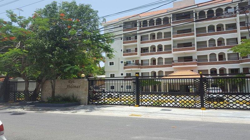 Frente ao prédio, com estacionamento fechado