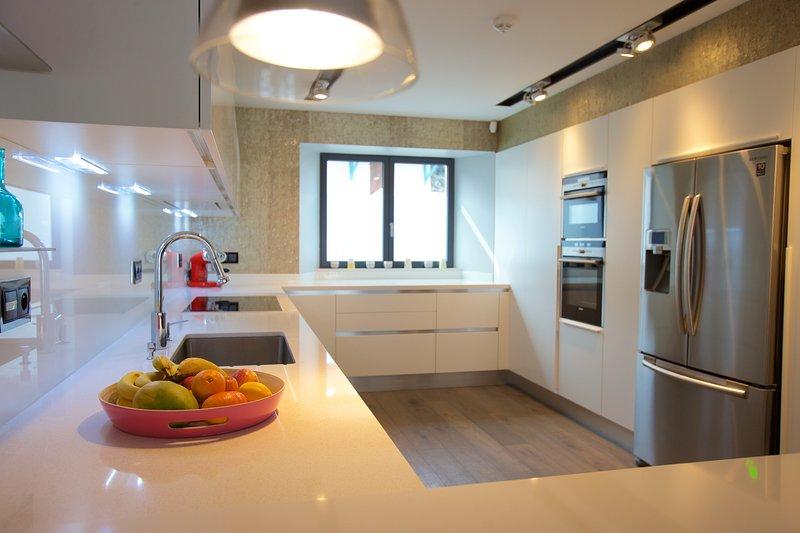 cuisine expansive moderne et entièrement équipée. Machine à café, la glace et l'eau fontaine, thermomix,