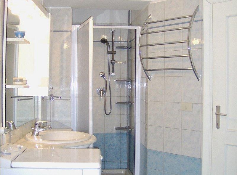 Badrum med dusch TVÄTTMASKIN TORK
