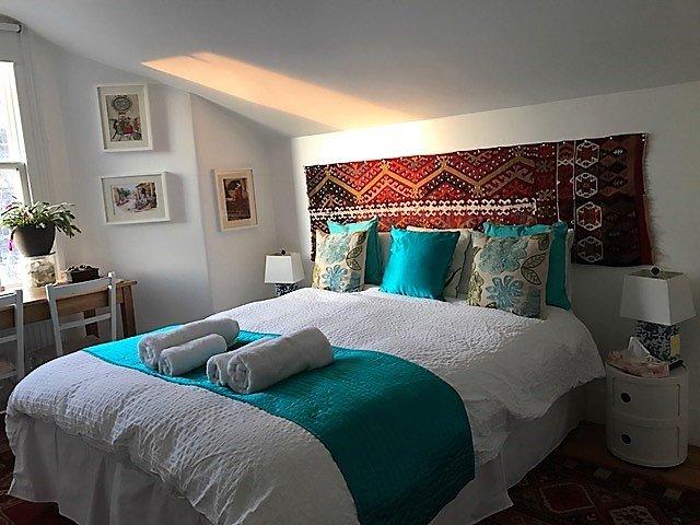A Sala Verde é no segundo andar, é espaçoso e uma cama de solteiro pode ser adicionado para o 3º hóspede