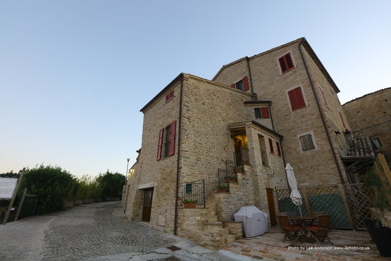 Beautiful Apartment with private courtyard as part of Boutique Hotel Leone, holiday rental in Montefalcone Appennino