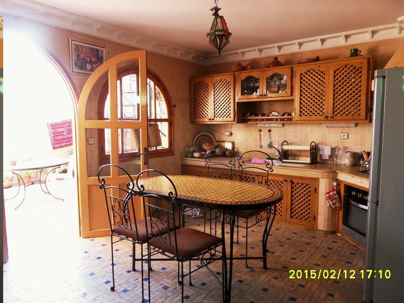 keuken met een eigen terras zon van 9 uur tot 18 H beschut tegen de wind