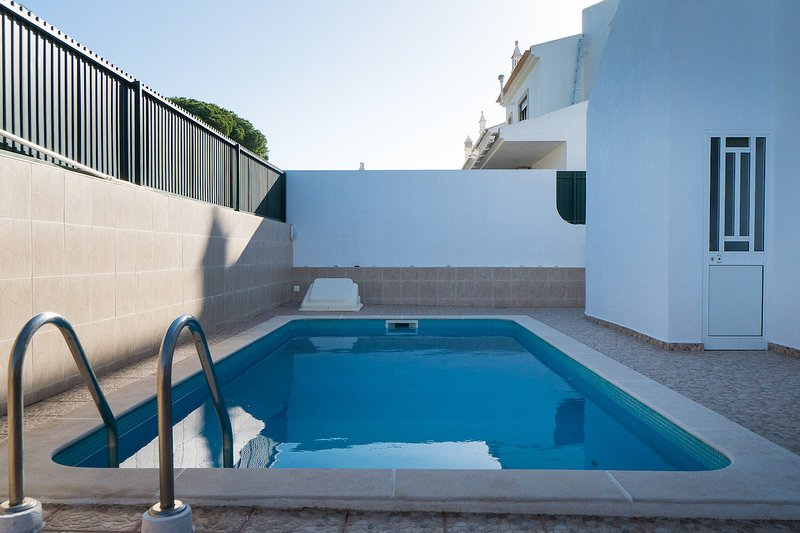 Kent Red Villa, Faro, Algarve, holiday rental in Montenegro