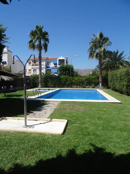 Lovely Holiday Townhouse- 2 Communal Pools- Wi Fi - Walk to Beach & Town., holiday rental in Campello