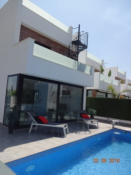 Luxury4 Bed Villa  P/H Pool, Hot Tub, walk to beach, 36 km to Murcia Int. Airpor, location de vacances à San Pedro del Pinatar