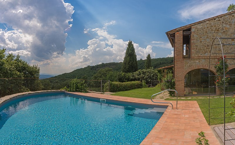 Villa Mandorlo's exclusive swimming pool with panoramic view on the valley