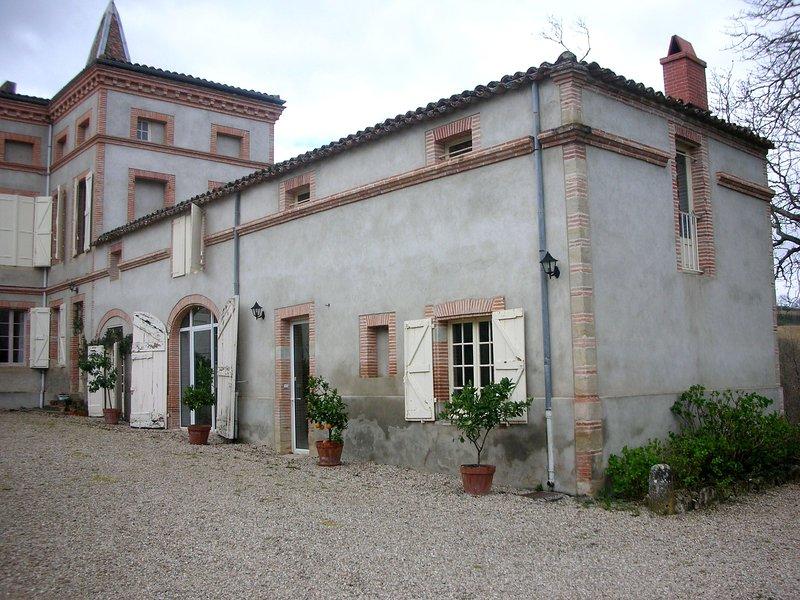 Gîte dans une aile du château avec piscine, holiday rental in Tarn