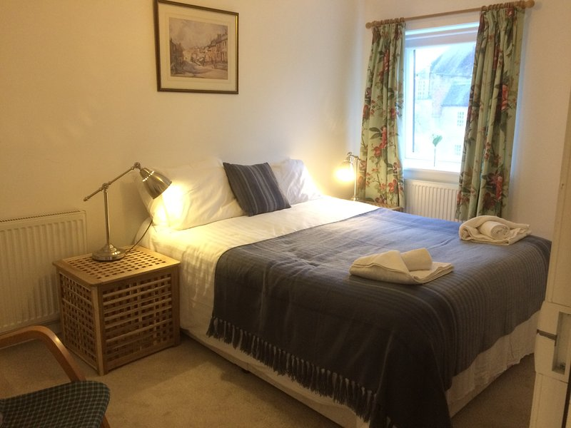 City Central Apartment with Parking sleeps 3 - CV, vacation rental in Fishbourne