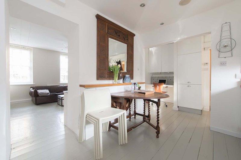 Bienvenue dans votre maison! spacieuse, ouverte chaleureux, calme, sûr et super facile d'accès.
