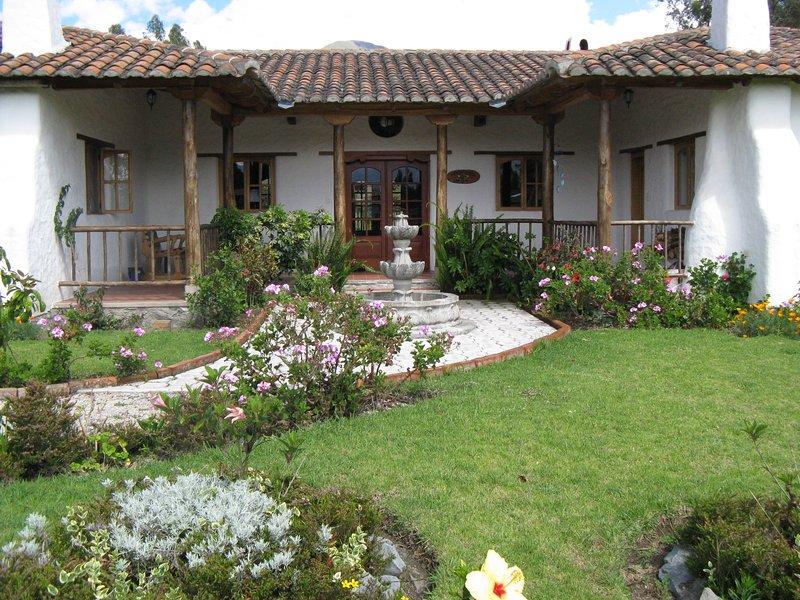 Amplio patio donde las flores y árboles frutales abundan. Las rosas son rey en Ecuador