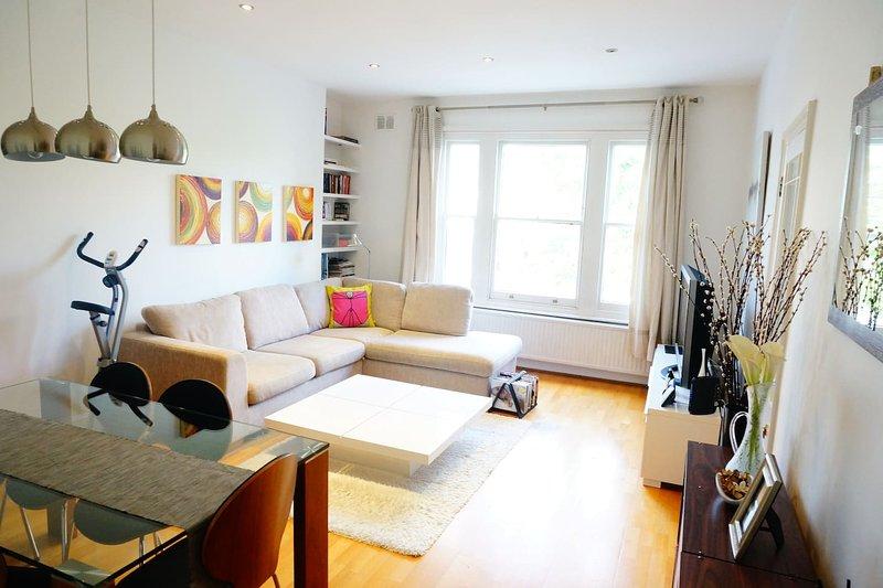 Grande spacieuse charmante salle de séjour lumineuse avec table à manger