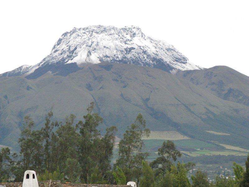 Vista de nieve cubiertas de 16.000 'Mt Imbabara del porche