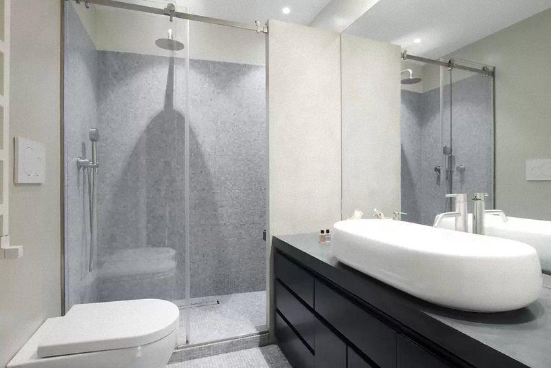 salle de bains à la chambre double avec climatisation.