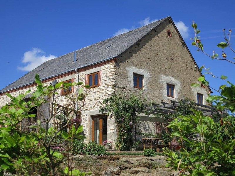 Gite Barbelle, Amazing Rural Views in the Southern Loire - Pool & Excellent WIFI, casa vacanza a Crozon-sur-Vauvre
