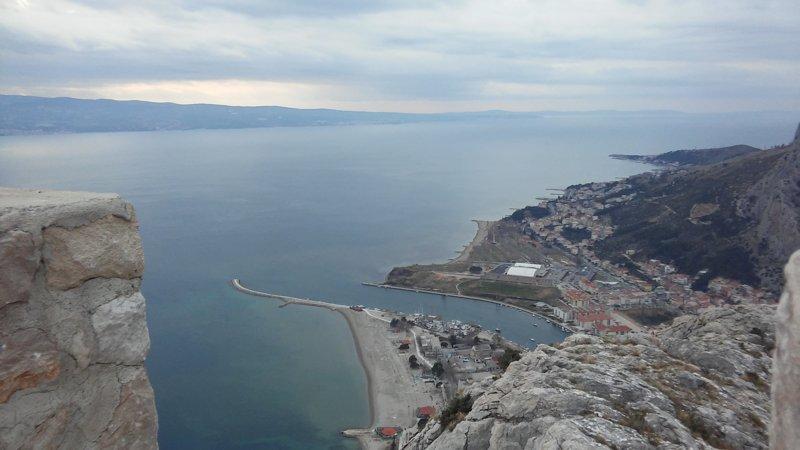 vista desde la fortaleza Fortica a la playa en Omiš